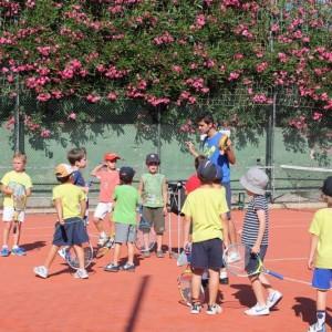 Pequeñ@s aprendiendo a jugar a tenis con nuestros monitores.